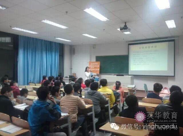 青岛英华外语的资深日语老师孙老师和同学们在激情的